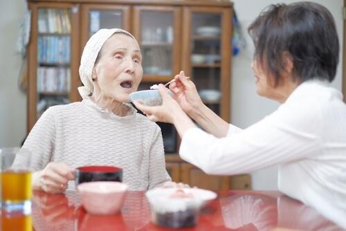 高齢者の食事風景